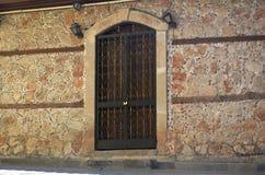 dentro del distrito del castillo de Antalya, ventana vieja del imperio otomano Foto de archivo libre de regalías