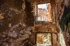 Dentro del edificio de ladrillo abandonado viejo destruido por terremoto o guerra, escalera arruinada Imágenes de archivo libres de regalías