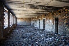 Dentro del edificio de ladrillo arruinado y abandonado viejo Imagenes de archivo