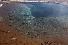 Dentro del geyser dormiente in Islanda Immagini Stock Libere da Diritti
