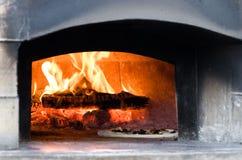 Dentro del horno de la pizza del fuego de madera Fotografía de archivo libre de regalías