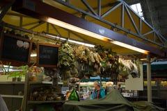 Dentro del mercado central de Riga, Letonia imagenes de archivo