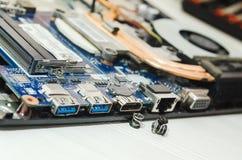 Dentro del ordenador Componentes electrónicos del ordenador portátil foto de archivo
