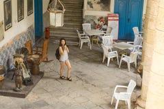 Dentro del palacio de artesanias con un turista que toma las imágenes, La La Habana, Cuba imágenes de archivo libres de regalías
