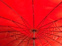 Dentro del paraguas rojo Imagen de archivo libre de regalías