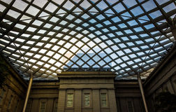 Dentro del patio de Kogod en National Portrait Gallery en W Foto de archivo