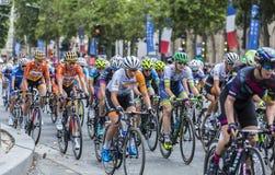 Dentro del Peloton femenino en París - curso del La de Le Tour de F Foto de archivo libre de regalías