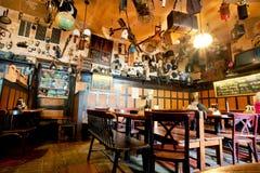 Dentro del restaurante con los detalles y las cosas usadas en techo imagen de archivo libre de regalías