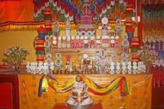 Dentro del rezo Pasillo de Monstery budista tibetano Fotografía de archivo
