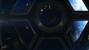 Dentro del spaceshuttle que viaja a través de espacio profundo almacen de metraje de vídeo