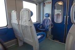 Dentro del taxi del moderno exprese Nadie en sillas azules por la ventana borrosidad Sillas y tabla cómodas en fotos de archivo libres de regalías