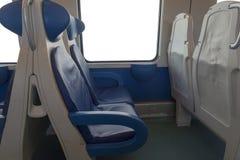 Dentro del taxi del moderno exprese Nadie en sillas azules por la ventana borrosidad Sillas y tabla cómodas en imágenes de archivo libres de regalías