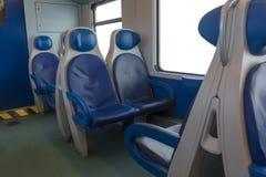 Dentro del taxi del moderno exprese Nadie en sillas azules por la ventana borrosidad Sillas y tabla cómodas en foto de archivo libre de regalías