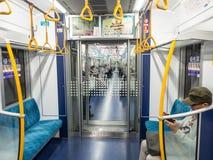 Dentro del tren del metro de Tokio, Japón fotos de archivo
