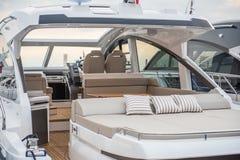 Dentro dell'yacht di lusso di sport fotografia stock