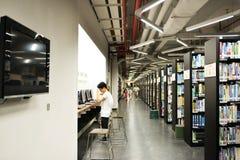 Dentro della biblioteca universitaria moderna Fotografie Stock Libere da Diritti