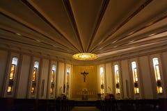 Dentro della chiesa moderna con l'altare e i detailks trasversali e dorati Fotografie Stock Libere da Diritti