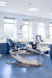 Dentro della clinica con le sedie, il computer e gli strumenti dei dentisti Fotografie Stock