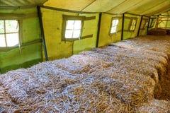 Dentro di grande tenda militare Immagini Stock