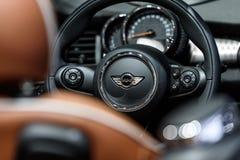 Dentro di Mini Cooper S fotografia stock libera da diritti