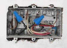 Dentro di una casella elettrica in muro a secco. Fotografie Stock Libere da Diritti