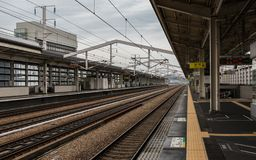 Dentro do estação de caminhos de ferro principal de Himeji em um dia claro Himeji, Hyogo, Jap?o, ?sia fotografia de stock