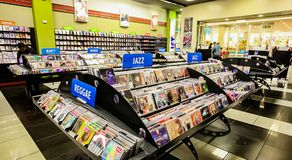 Dentro do interior de uma loja do CD da música foto de stock royalty free