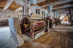 Dentro do moinho de madeira abandonado velho com equipamento velho Imagens de Stock Royalty Free