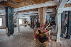 Dentro do moinho de madeira abandonado velho com equipamento velho Foto de Stock Royalty Free