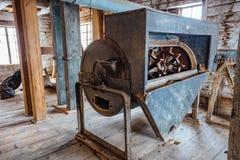 Dentro do moinho de madeira abandonado velho com equipamento velho Imagem de Stock Royalty Free