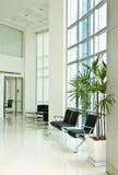 Dentro do prédio de escritórios moderno Imagem de Stock Royalty Free