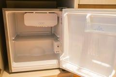 Dentro do refrigerador no quarto do hotel para bebidas imagens de stock