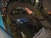 Dentro do shopping do lugar de Langham, Mong Kok, Hong Kong imagem de stock royalty free