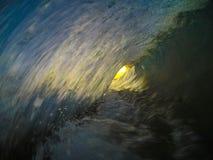 Dentro do tambor de uma onda imagens de stock