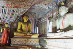 Dentro do templo da caverna de Dambulla Estátuas da Buda no sto antigo Imagens de Stock