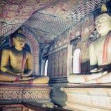 Dentro do templo da caverna de Dambulla Estátuas da Buda no sto antigo Fotografia de Stock