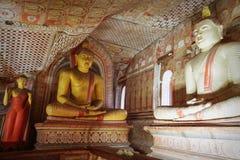 Dentro do templo da caverna de Dambulla Estátuas da Buda no sto antigo Fotos de Stock