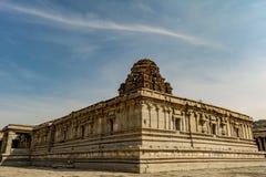 Dentro do templo de Vitala - Hampi - opinião diagonal das paredes imagens de stock royalty free