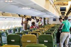 Dentro dos aviões de Ethiopian Airlines com embarque dos passageiros imagens de stock