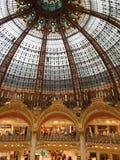 Dentro dos galeries lafayette em Paris, França fotos de stock