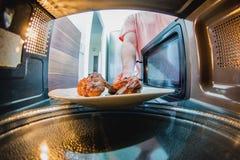 Dentro il forno a microonde Immagini Stock