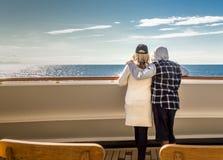 Dentro il passaggio, BC, il Canada - 13 settembre 2018: Coppia lo sguardo fuori per aprire l'oceano un giorno soleggiato fotografia stock