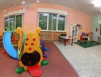 Dentro l'ampio corridoio di un asilo i giochi per intrattenere ch fotografia stock