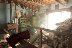 Dentro la casa del taglialegna in Breb, la Romania Immagine Stock Libera da Diritti