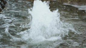 Dentro la fontana, una corrente dei punti di ebollizione dell'acqua video d archivio