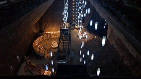 Dentro la miniera di sale di torda con i lanters immagini stock