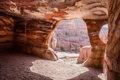 Dentro la tomba reale sotterranea, PETRA, Giordania fotografia stock