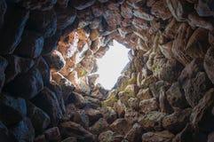 Dentro la torre antica con i raggi di luce solare cultura Nuraghe, Sardegna, Italia Fotografie Stock