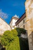 Dentro la vista del castello Karlstejn sulle pareti del castello e sulle siepi di arbusti mature fotografia stock