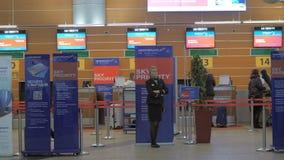 Dentro la vista del terminale D all'aeroporto di Sheremetyevo, Mosca stock footage